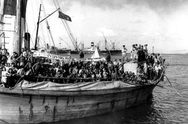 אוניית המעפילים חביבה רייק - מניפים כרזה בסיפון