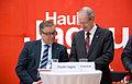 """2014-04-15 Stadtgespräch Lebensqualität Hannover, Freiwilligenzentrum, (009) """"Schau' mal hier ..."""", Regionspräsident Hauke Jagau und Oberbürgermeister Stefan Schostok am Smartphone.jpg"""