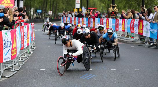 Hiroki Nishida leading the men's wheelchair race at the 2017 London Marathon