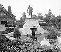 A cro-magnoni előember szobra (jelenleg az új Majomház kijáratánál áll), háttérben a Pálmaház. Fortepan 5271.jpg