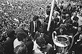Ajax-spelers op het balkon, toegejuicht door een enorme menigte, Bestanddeelnr 924-6166.jpg