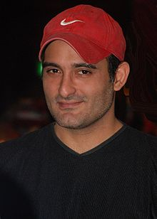 https://upload.wikimedia.org/wikipedia/commons/thumb/e/e6/Akshaye_Khanna_still2.jpg/220px-Akshaye_Khanna_still2.jpg