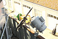 Ametralladora Rheinmetall MG-3 de 7,62 mm y proyector en el lado de estribor, junto al puente de mando (16626779485).jpg