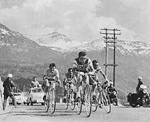 Photographie montrant plusieurs cyclistes gravissant un col.