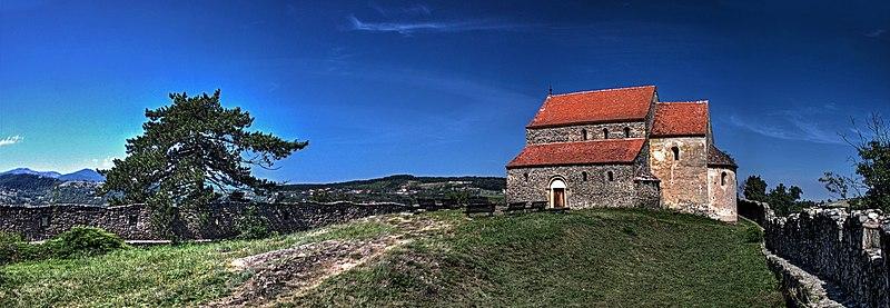 "File:Ansamblul Bisericii Fortificate ""Sf. Mihail"", Cisnadioara.jpg"