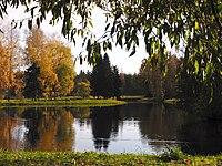 Слева: Павловский парк в пейзажном стиле, Россия.