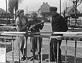 Baanwachter A.B. Blaauwbroek uit Ermelo koopt Stradivarius viool voor 25 cent, Bestanddeelnr 904-5281.jpg