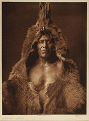 EDWARD SHERIFF CURTIS LE PHOTOGRAPHE DES AMÉRINDIENS 177px-Bear%27s_Belly_-_Arikara%2C_1909