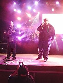Big Daddy Weave im Konzert (2013).  Mike Weaver (rechts), Jay Weaver (links).