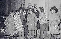 Bruno Lomas (Emilio Baldoví Menéndez) amb un grup de fans d'Alginet (País Valencià, 1967).jpg
