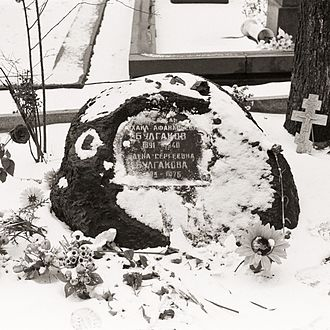 Mikhail Bulgakov - Gravestone of Mikhail Bulgakov and Yelena Bulgakova.