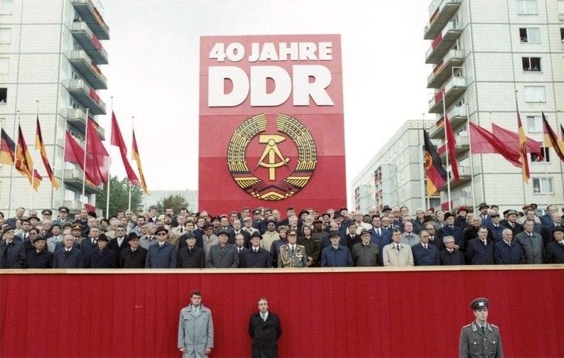 Bundesarchiv Bild 183-1989-1007-402, Berlin, 40. Jahrestag DDR-Gründung, Ehrengäste