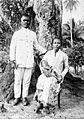 COLLECTIE TROPENMUSEUM Een Christelijk Moluks echtpaar met een baby op Jamdena Tanimbar-eilanden TMnr 10005721.jpg