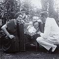COLLECTIE TROPENMUSEUM F.W.M. Kerchman met zijn echtgenote en hun zoon Albert in de tuin TMnr 60053695.jpg