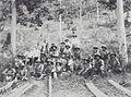 COLLECTIE TROPENMUSEUM Groep bewapende mannen die de bezoekers begeleidt Atjeh TMnr 60039806.jpg