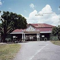COLLECTIE TROPENMUSEUM Ingang rechtenfaculteit Gadjah Mada Universiteit bij de kraton van de Sultan TMnr 20025548.jpg