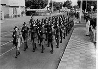 COLLECTIE TROPENMUSEUM Militairen tijdens de Niau (Nederlandsch Indische Athletiek Unie) wandelmars Soerabaja TMnr 60007159.jpg