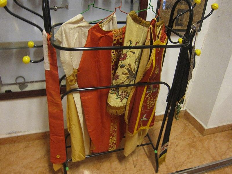 File:Christian Holy Dresses - വിശുദ്ധ വസ്ത്രങ്ങൾ.JPG
