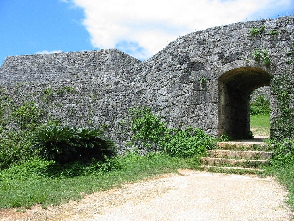 Doorway to the castle (3875119721)