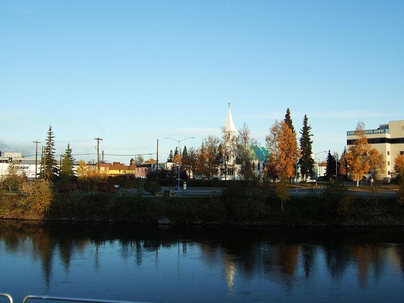 Soubor:Downtown Fairbanks, Chena River.jpg