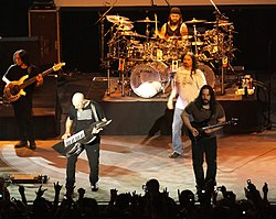 Dream Theater live in Rio de Janeiro, 2008 (von links nach rechts: John Myung, Jordan Rudess, Mike Portnoy, James LaBrie und John Petrucci)