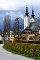 Ebenthal Neuhausstrasse und Pfarrkirche Maria Hilf 14042010 83.jpg
