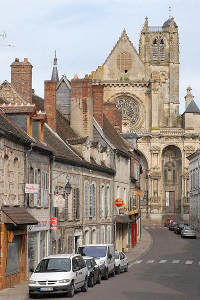 Villeneuve sur Yonne, jadis Villefranche le Roy, aux confins de l'Ile de France, de la Champagne et de la Bourgogne, possède un des plus belles églises de la région.   Sa masse imposante domine la ville. Le visiteur y accède en franchissant l'Yonne par le vieux pont du Moyen Age, ou en pénétrant dans l'enceinte de la vieille ville par l'une de ses remarquables portes fortifiées du XIIIe siècle.  L'église Notre-Dame de Villeneuve-sur-Yonne prend place parmi les œuvres d'art d'une époque où l'élan de la foi construit les grandes cathédrales. Le XIIe siècle voit naître Vézelay (1096-1132), Saint-Denys (1137-1189). Le XIIIe siècle voit s'édifier Soissons, Bourges et Chartres (1164-1260).  La première pierre de l'église Notre-Dame aurait été bénie en 1163 par le pape Alexandre III, alors exilé par l'empereur Frédéric Barberousse et réfugié en France auprès du Roi Louis VII. Philippe Auguste continue l'édifice qui ne sera achevé (façade et deux dernières travées) qu'à la fin du XVIe siècle.  Dès 1849, l'église Notre-Dame est classée parmi les monuments historiques.  La façade est l'œuvre de l'architecte Jean Chéreau qui édifia Saint-Jean de Joigny.Y sont gravées les dates de 1547 et de 1612.   catholique-sens-auxerre.cef.fr/eglises/villeneuvesyonne.htm  www.villeneuve-yonne.fr/
