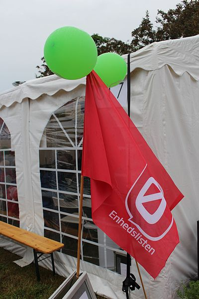 File:Enhedslisten, flag ved telt, Folkemødet 2016.jpg