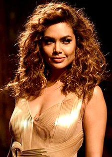 Esha Gupta walks the ramp for Amit Aggarwal at Lakme Fashion Week 2017.jpg