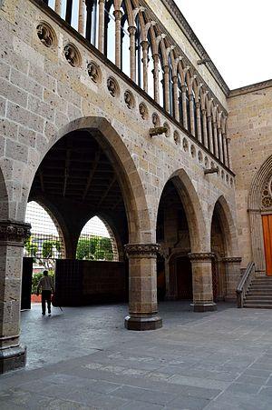 Templo Expiatorio del Santísimo Sacramento - Arcade in the courtyard of the Templo Expiatorio