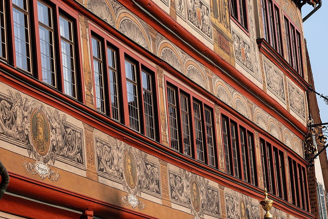 Front des Rathauses in Tübingen schräg aufgenommen.jpg