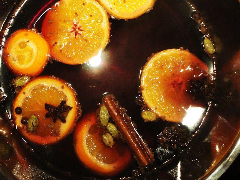 File:Glühwein-Zubereitung.JPG