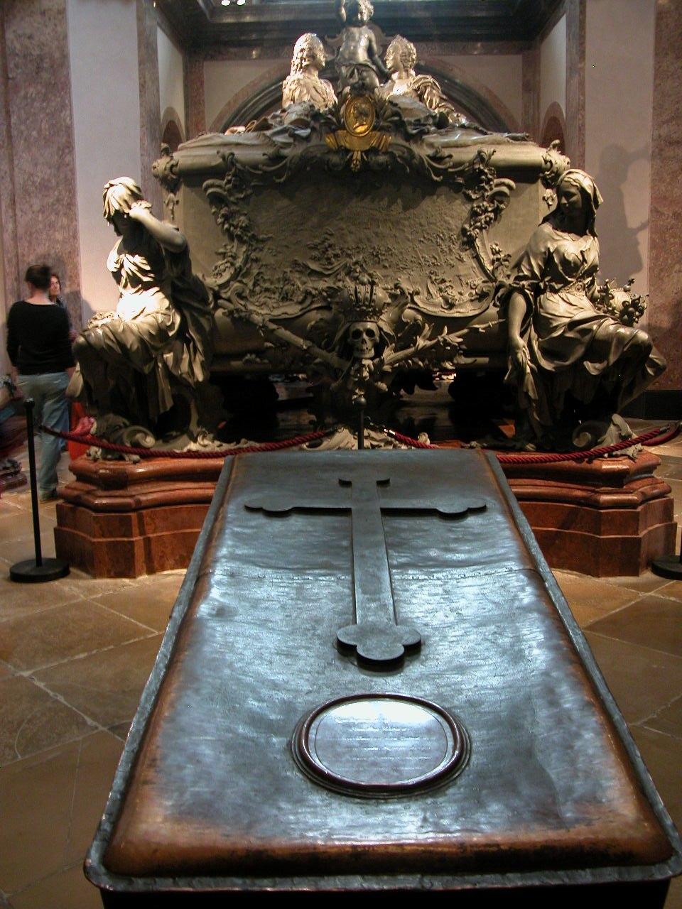 Grab Joseph II vor dem Prunksarg seiner Eltern