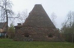 """Grobowiec rodzin Eben i Mohring (""""piramida"""") w Rożnowie (1780 rok).jpg"""