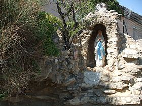 Reproduction de la grotte de Lourdes.