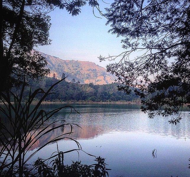 643px-Gunung_di_Telaga_Warna.jpg