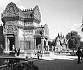 Gyarmati Kiállítás (Exposition Coloniale), előtérben a kambodzsai Angkor Wat templomegyüttes másának egyik épülete, háttérben a kambodzsai pavilon. Fortepan 56691.jpg