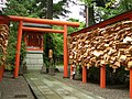 Hakuashi Inari Shrine (白阿紫稲荷) in Kanazawa Shrine (金澤神社) - panoramio.jpg