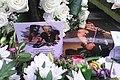 Hommage à Johnny Hallyday, photos et fleurs.jpg