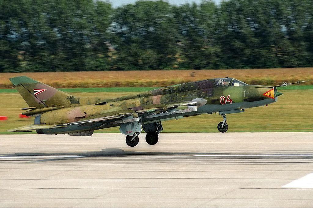المقاتلات القاذفه Su-17/20/22 السوفييتيه 1024px-Hungarian_Air_Force_Sukhoi_Su-22M3_Lofting-1