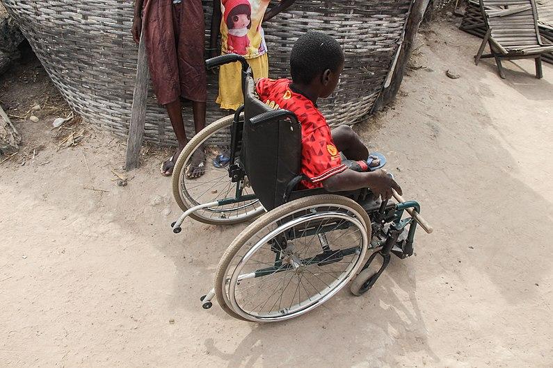 Iedere mens met een handicap heeft recht op een goede toekomst kind met rolstoel in Senegal.jpg