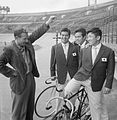 Jan Hijzelendoorn with Japanese cyclists 1959.jpg