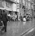 Kaartverkoop en rij wachtend publiek voor het Rialto-theater te Amsterdam, Bestanddeelnr 900-8223.jpg