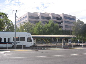 Karina station - A VTA train at Karina Station