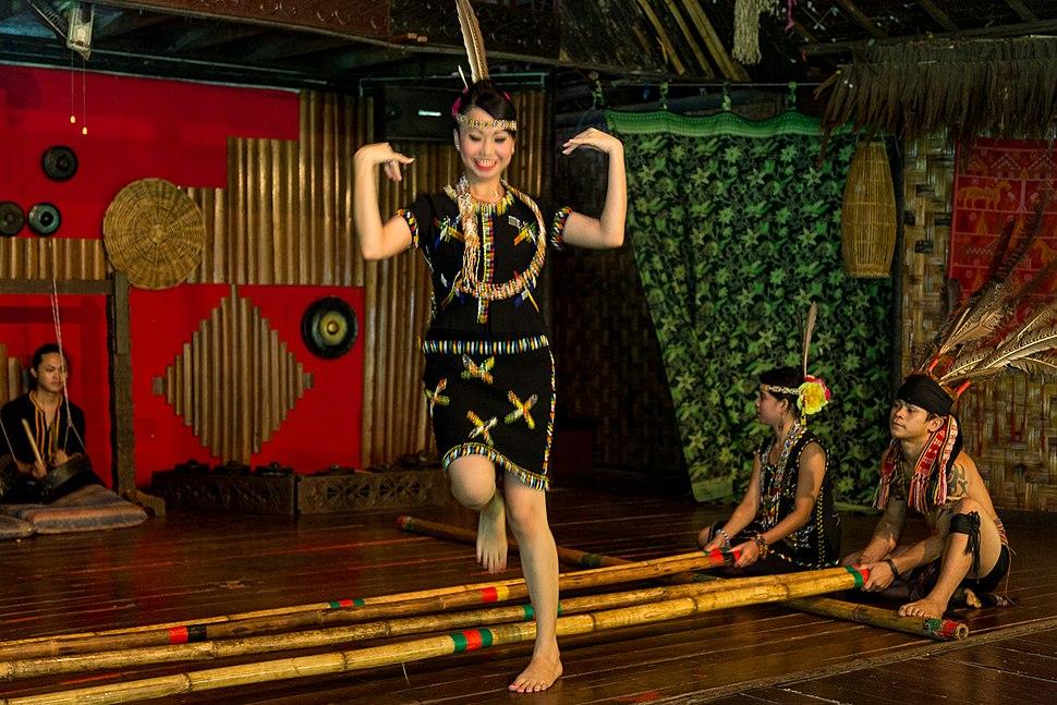 KgKuaiKandazon Sabah Monsopiad-Cultural-Village-DansePerformance-16