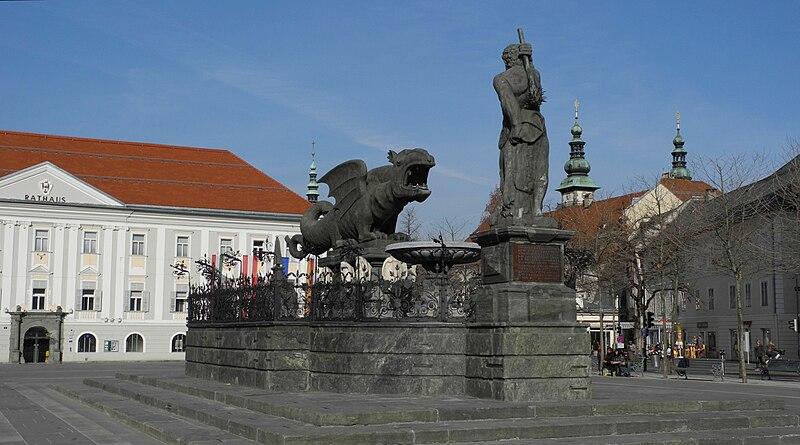 Klagenfurt - Neues Rathaus 17. Jh., Lindwurmbrunnen.jpg