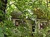 foto van Lage landelijke gepleisterde woning met dubbele topgevel, kleine roeden, blinden