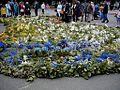 Latvija no ziediem pie Brīvības pieminekļa Rīgā 2000-07-02 - panoramio.jpg