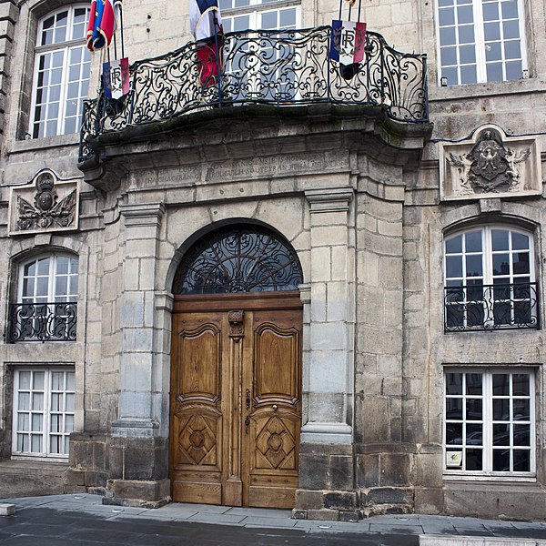 English:  Balcony of honor and  door of the Town Hall.