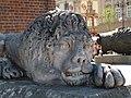 Lew przed Wieżą Ratuszową - panoramio.jpg